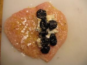 A csirkemell belsejébe tegyünk a gorgonzola sajtot és az aszalt szilva szemeket