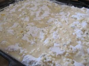 A tejes keveréket egyenletesen elterítjük a tetején