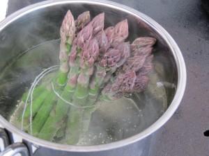 Zöld spárga főzése csokorban